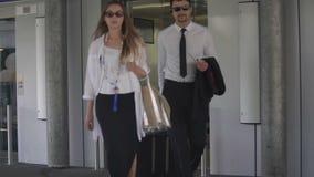 退出有手提行李的,旅游业的商务旅行、男人和妇女电梯 股票录像