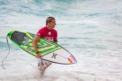 退出水的赞成冲浪者在日落海滩夏威夷 免版税库存照片
