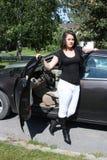 退出汽车的女孩 免版税图库摄影