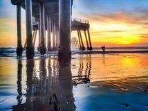 退出水的冲浪者在低潮期间 免版税库存图片