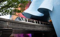 退出MoPop博物馆西雅图华盛顿的西雅图单轨铁路车 图库摄影