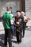 退役军人人画象 他从一个年轻人接受花 库存图片