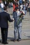退役军人人画象 他从一个年轻人接受花 免版税库存图片
