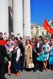 退役军人唱战争歌曲 苏联军队红旗在人上挥动 免版税库存图片