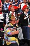 退役军人唱歌曲 妇女演奏手风琴 免版税图库摄影