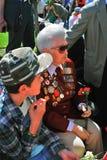 退役军人妇女和少年的画象 库存照片
