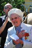 退役军人妇女的画象 她唱歌曲 库存图片