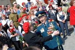 退役军人舞蹈和唱战争歌曲 免版税图库摄影
