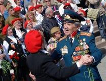 退役军人舞蹈和唱歌曲 库存图片