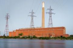 退役的煤炭火力植物在黄昏 免版税库存照片