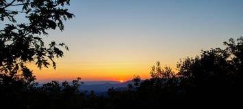 退色在蹦跳的人山的太阳 库存照片