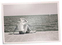 退色的假日照片-码头的妇女观看游艇 图库摄影