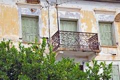 退色的灰泥豪宅, Galaxidi,希腊 库存图片