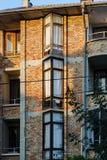 退色的红砖住宅未完成的大厦的门面  三层家特点欧洲在日落 议院与 免版税库存图片