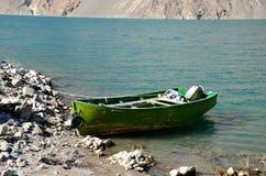 退色的绿色黄色马达力量小船在Satpara湖巴基斯坦停放了 库存图片
