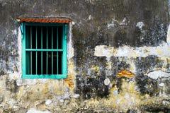 退色的老墙壁和窗口 免版税库存照片