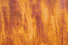 退色的黄色油漆的织地不很细背景与生锈的镇压的在生锈的金属 一种老破裂的金属的难看的东西纹理 免版税图库摄影