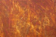 退色的黄色油漆的织地不很细背景与生锈的镇压的在生锈的金属 一种老破裂的金属的难看的东西纹理 库存图片