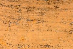 退色的黄色油漆的织地不很细背景与生锈的镇压的在生锈的金属 一种老破裂的金属的难看的东西纹理 免版税库存照片