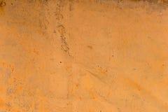 退色的黄色油漆的织地不很细背景与生锈的镇压的在生锈的金属 一种老破裂的金属的难看的东西纹理 图库摄影