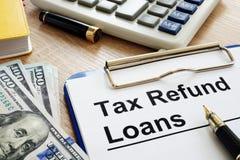 退还税金在书桌上的借款申请形式 免版税图库摄影