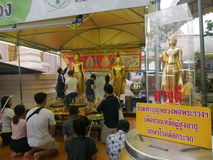 送优点到goodluck的恋人在Phra Pathommachedi一stupa在泰国 库存照片