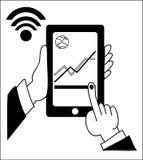送和接受有他们的手机的人们金钱无线 递有银行业务付款的app轻拍的巧妙的电话 免版税库存照片