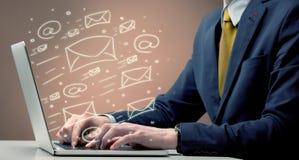 送在膝上型计算机的客户时事通讯 免版税库存图片