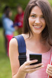 送文本外面在校园里的俏丽的学生 免版税库存照片