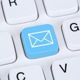 送电子邮件或电子邮件在键盘的互联网概念 库存图片