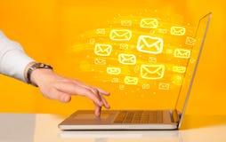 送电子邮件的概念 免版税库存图片