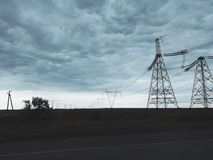 送电线和buitiful天空和云彩 库存图片