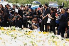 送葬者人群萨娜姆的Luang,而泰国普密蓬・阿杜德的身体从t被采取 免版税库存图片