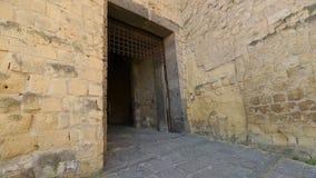 送进中世纪Castel dell'Ovo的男性游人,观光在那不勒斯,旅游业 股票视频