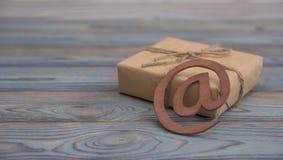 送通过互联网的电子邮件标志礼物 库存照片