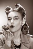 送飞吻的古板的Pin女孩。 减速火箭的样式 免版税库存照片