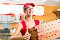 送货业务-拿着薄饼配件箱的妇女 免版税库存图片