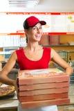 送货业务-拿着薄饼配件箱的妇女 图库摄影