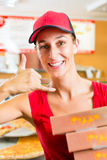 送货业务-拿着薄饼配件箱的妇女 免版税库存照片