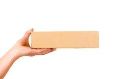 送货人运载的箱子的手 库存照片