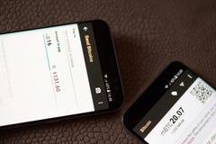 送bitcoins通过智能手机 免版税库存图片