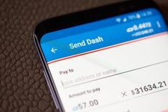 送dashcoin通过智能手机 免版税库存照片