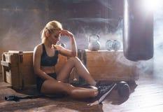 适合和运动的少妇训练undergorund健身房 健康,体育, kickboxing,武术概念 免版税库存照片