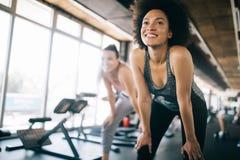适合在健身房锻炼的女运动员行使和训练 库存照片