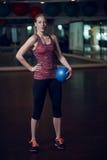 适合妇女充分的身体画象在健身演播室 图库摄影