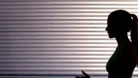 适合妇女发射的锻炼球侧视图  股票录像