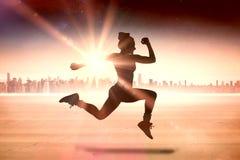 适合浅黑肤色的男人赛跑和跳跃的一个综合图象 库存照片