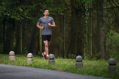 适合的人健身运动员式样行使室外 库存照片