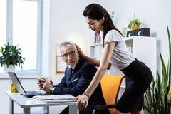 适合的呼吁的妇女佩带的办公室成套装备和显示她的身体 免版税库存照片