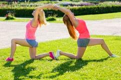 适合的夫人简而言之实践瑜伽姿势的 图库摄影